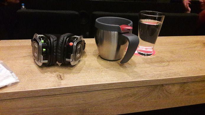 Zelf meegebrachte koffie, een glas water van het huis en een koptelefoon die bij de voorstelling hoort. Een avondje theater in coronatijd.
