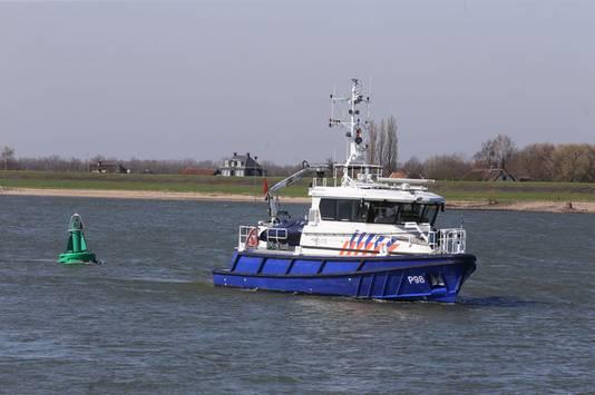 De zoektocht met een sonar bij de Waal in Brakel.