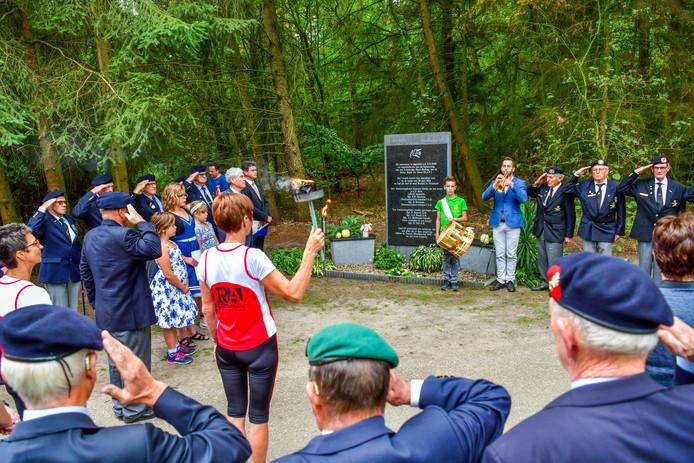 Het bevrijdingsvuur hield dit jaar ook stil bij het monument aan de Panweg in Maarheeze.
