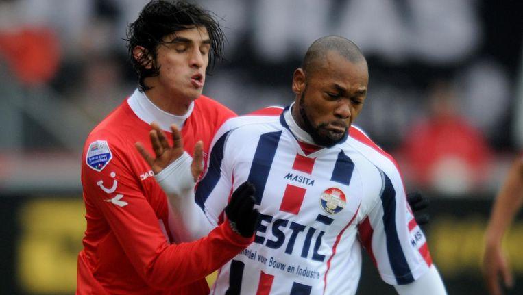 Toenmalig FC Twente-speler Bryan Ruiz in duel met toenmalig Willem II-speler Ibrahim Kargbo. Beeld anp