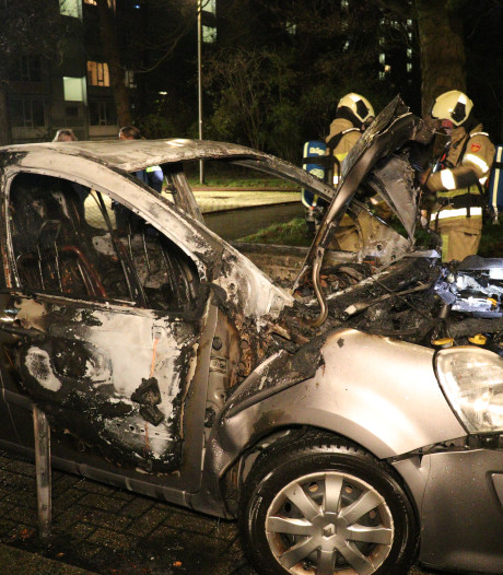 Twee autobranden in Overvecht: getuigen zien groep jongens wegrennen na knallen