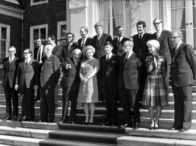 Het kabinet Den Uyl op het bordes bij koningin Juliana. Beeld anp