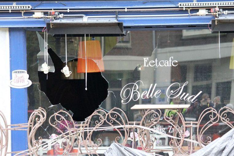 Het beschadigde raam, waardoor het explosief naar binnen werd gegooid Beeld Het Parool