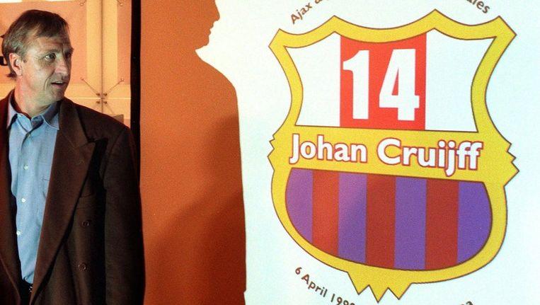 Johan Cruijff kijkt naar het logo van de benefietwedstrijd Ajax-Barcelona die in april 1999 ter zijne ere in de Amsterdam Arena werd gespeeld. Beeld anp