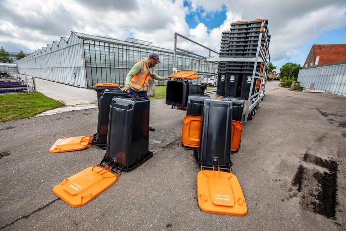 De afvalcontainers voor plastic, blik en drinkpakken hebben een oranje deksel.