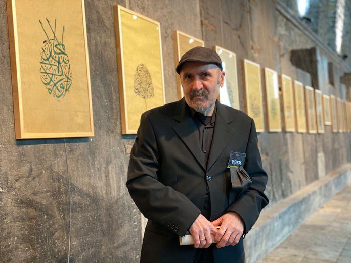 Hoessain Kakayi voor zijn kalligrafische werken.
