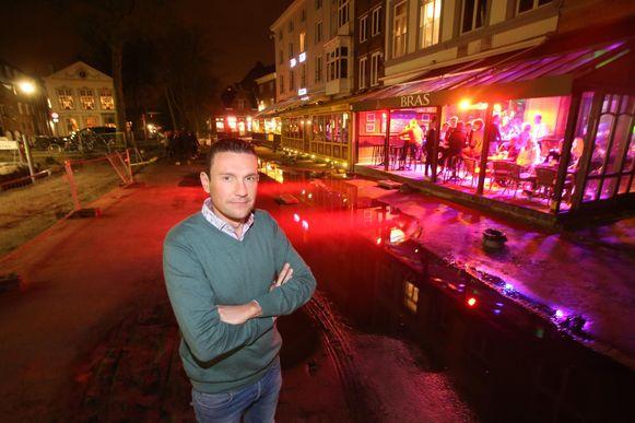 Sander Duboccage van Café Bras bij de grote waterplassen voor zijn zaak.