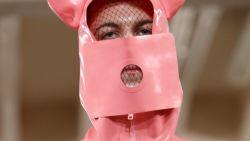 Mannen trotseren de regen best als ... varken volgens ontwerper Walter Van Beirendonck