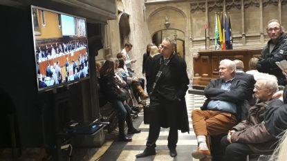 Papa De Clercq volgt eedaflegging op tv-scherm