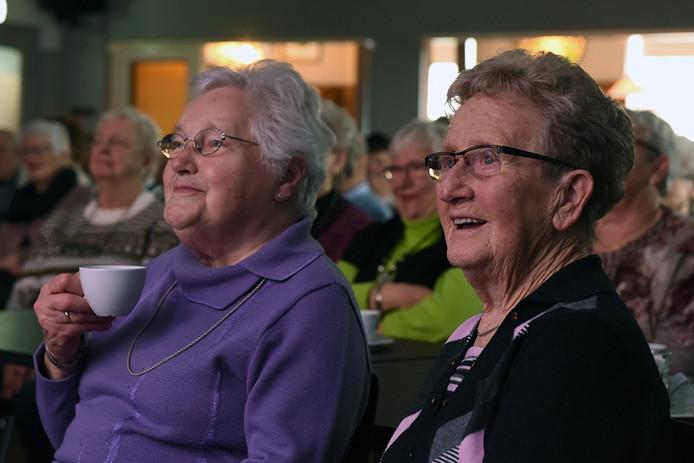 Deze dames geniet van de 'Vrolijke Spelers' in het Parochiehuis
