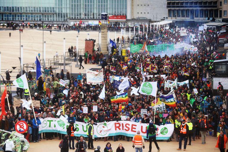 De duizenden deelnemers aan de klimaatmars wandelen over de Zeedijk.