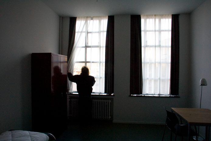 Een bewoner van het Domushuis in Eindhoven (archieffoto). Het Leger des Heils vreest dat het hier straks veel minder ex-daklozen kan opvangen, door bezuinigingen van de gemeente.