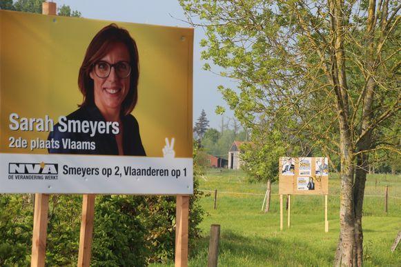 In de tuin van schepen Gerda Van Steenberge (N-VA) staan met een veilige tussenafstand borden voor N-VA en Vlaams Belang.