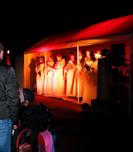 Honderden trotseren de kou voor Kerstwandeltheater in Gorinchem
