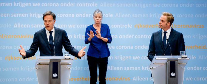 Premier Mark Rutte (L) en minister Hugo de Jonge (Volksgezondheid, Welzijn en Sport) tijdens een persconferentie over corona in Nederland.
