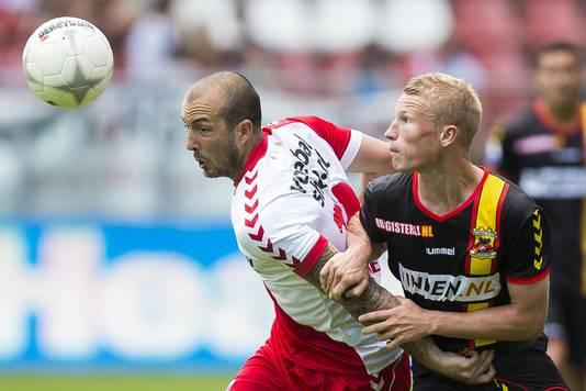 2013: Steve de Ridder (L) van FC Utrecht in duel met Doke Schmidt (R) van Go Ahead Eagles.