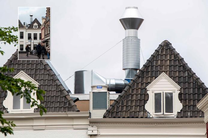 De veelbesproken afvoerpijp op het nieuwe restaurant van de familie Boer aan de Nieuwe Markt in Zwolle.