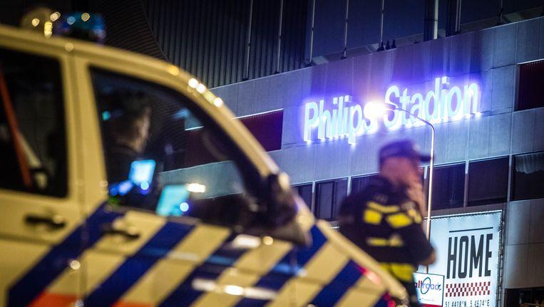 Extra agenten bij het Philips Stadion in Eindhoven tijdens het concert van Guus Meeuwis. Beeld null