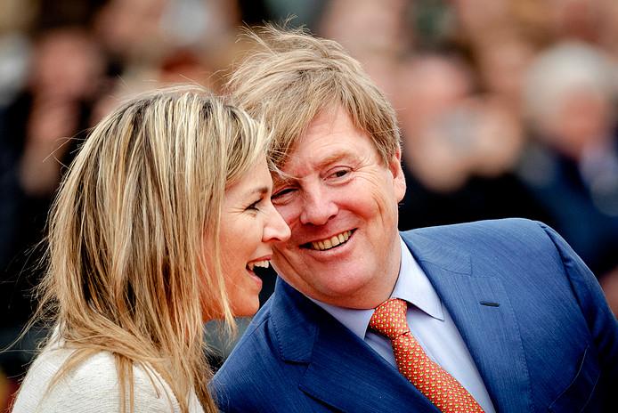 Koning Willem-Alexander en koningin Maxima tijdens de jaarlijkse Koningsspelen vorig jaar bij basisschool De Vijfmaster in Veghel.