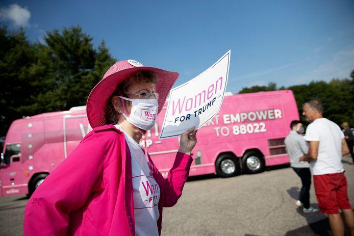 De roze bus van 'Women for Trump' die vrouwelijke kiezers moet lokken