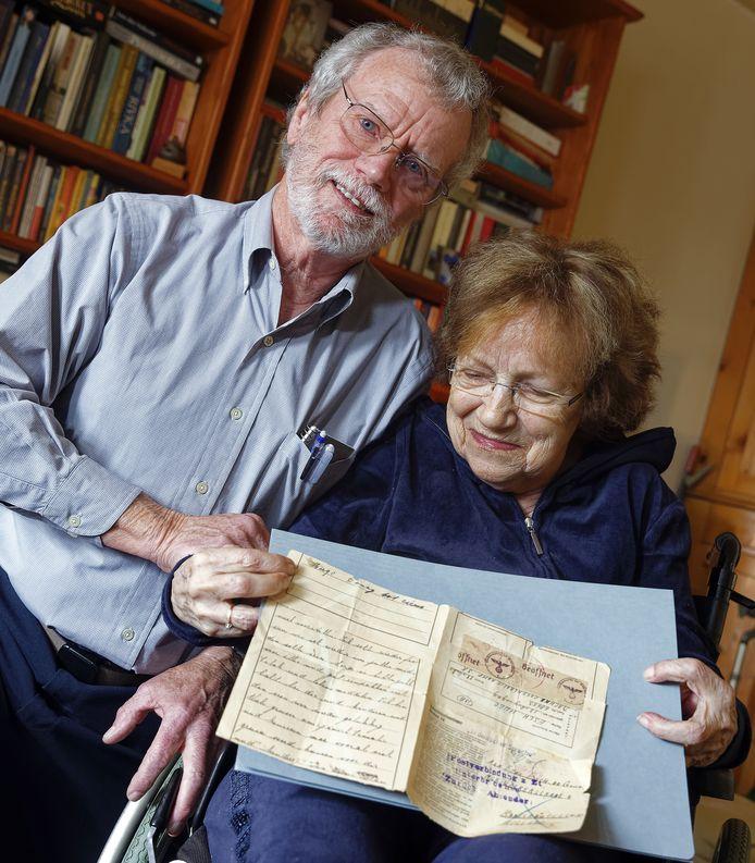 Dolblij is José de Beer-Esch met de brief van haar vader die door Michael Mason uit Amerika naar Kaatsheuvel is gebracht.