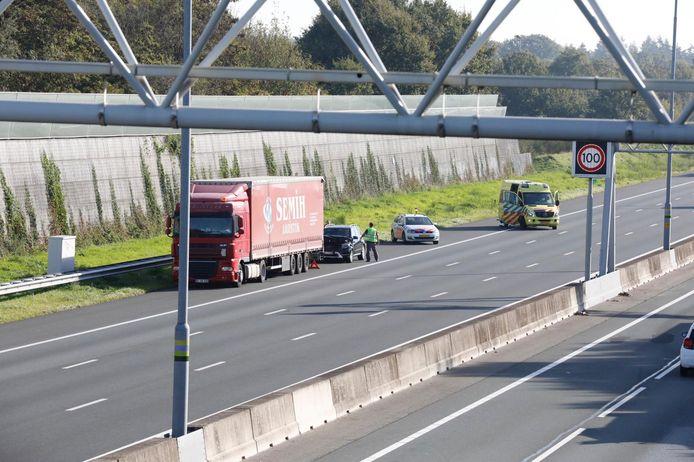 Op de A12 bij Bennekom is vrijdag eind van de ochtend een automobilist achterop een vrachtwagen gebotst.