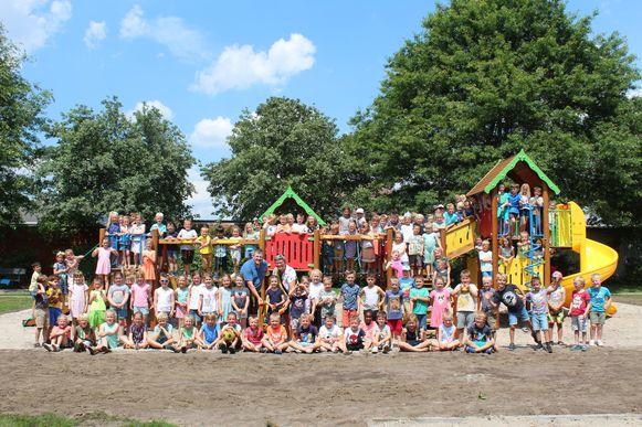 Meer dan 130 kinderen kwamen het speeltuig inhuldigen.