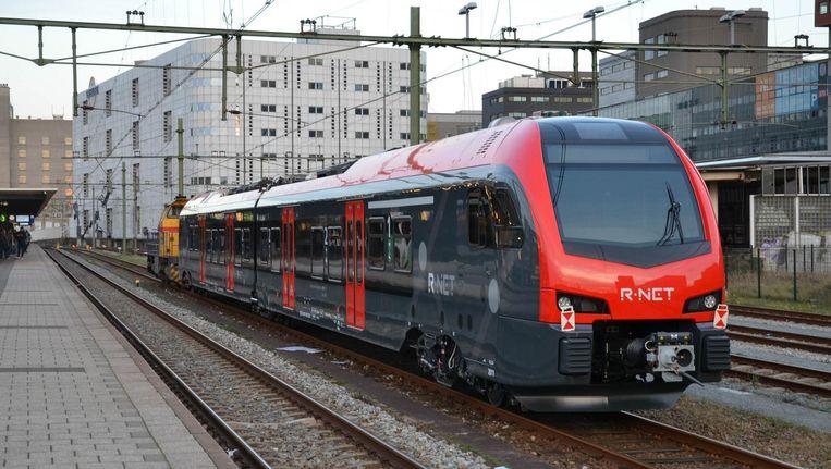Een trein van NS-dochter Abellio, het bedrijf dat in eerste instantie het regionaal vervoer in Limburg zou gaan verzorgen. Toen duidelijk werd dat er bij de aanbesteding was gerommeld verscheurde Limburg het contract en gunde het ov aan Arriva. Beeld RV-Alfenaar