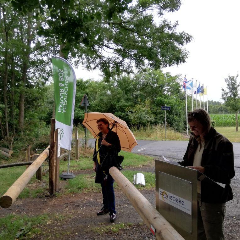 Schepen Sabine Vanderhaeghen (links) en Evy Dewulf, aan een toegangspunt dat is aangepast voor fietsers