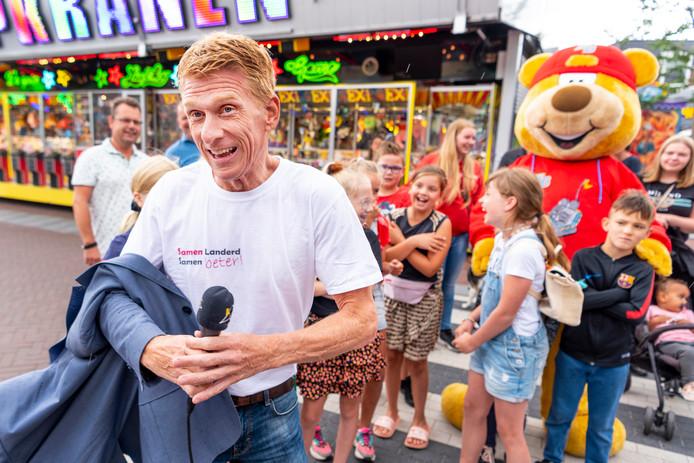 Burgemeester Marnix Bakermans opent de kermis in Schaijk.
