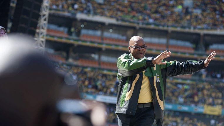 Zuma zwaait naar zijn supporters tijdens een verkiezingsbijeenkomst in het voetbalstadion in Soweto, Johannesburg.