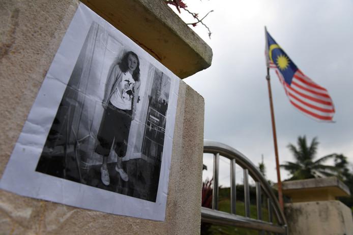 Posters met een afbeelding van Nora zijn in de wijde omtrek van het resort opgehangen.