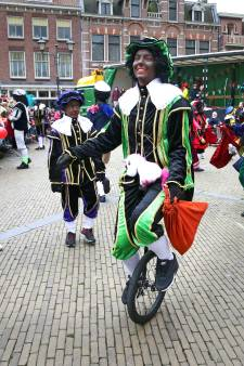 Burgemeester Melissant praat met Sint Nicolaasteam over uiterlijk van de pieten