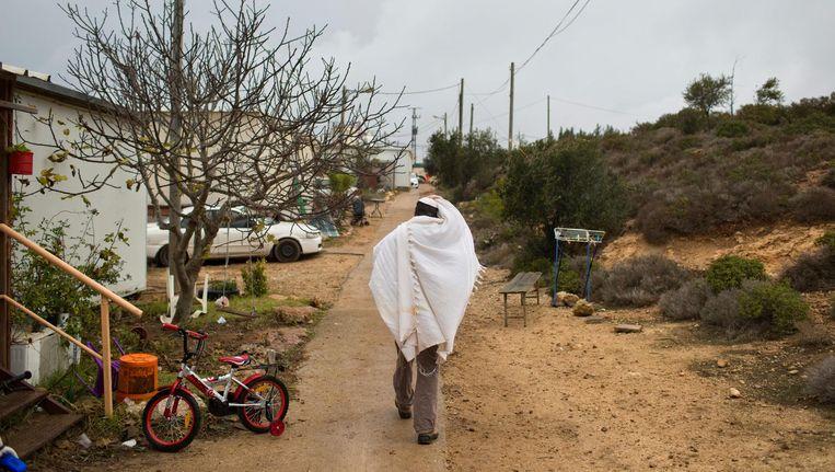 Een Joodse kolonist in Amona na het ochtendgebed. Beeld ap
