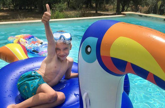 Vic (6), aan het zwembad op vakantie in Portugal.