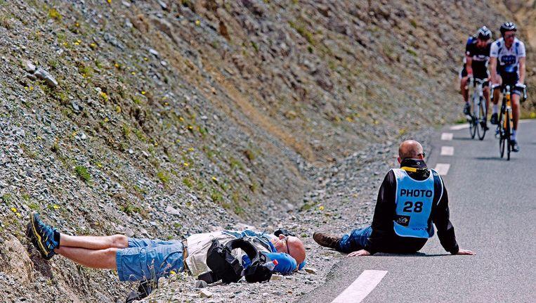 Klaas Jan van der Weij doet een dutje langs de kant van de weg. Beeld Jan Sol
