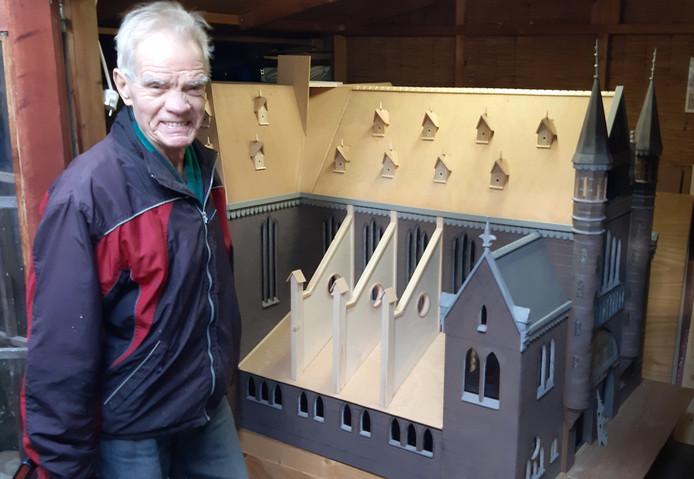 Gerrit van Neerven bij de maquette van de Heilig Hartkerk.