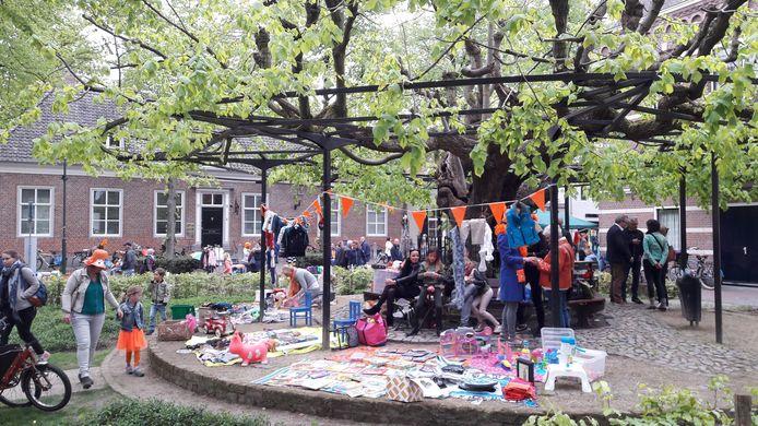 Ook de oude linde achter het raadhuis biedt plaats aan de vrijmarkt in Oisterwijk.