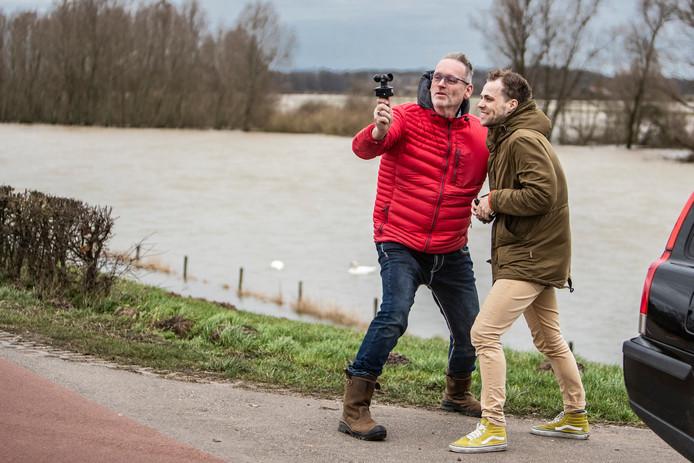 Weerman Mark Wolvenne samen met verslaggever André Valkeman op de dijk bij Terwolde.
