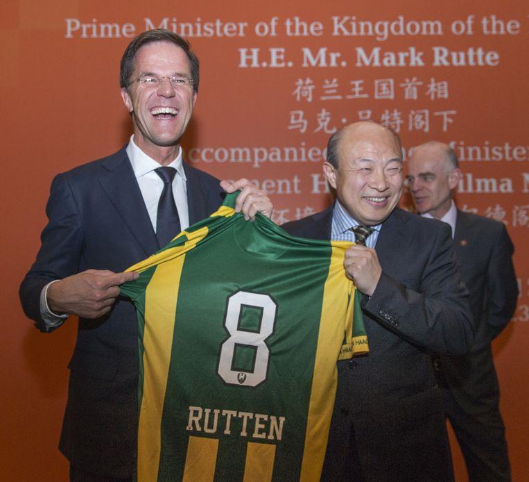 Premier Rutte ontvangt ADO-shirt van Wang. Beeld anp
