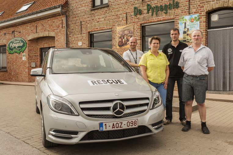 KP-verantwoordelijke voor Reninge, Yves Bruyneel, uitbaatster van De Pypegale, Els Delefortrie, veiligheidschef van KP Reninge, Jeroen Demeulenaere en uitbater Danny Vermeulen.