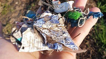 Voetweg zit vol stukjes plastic afval