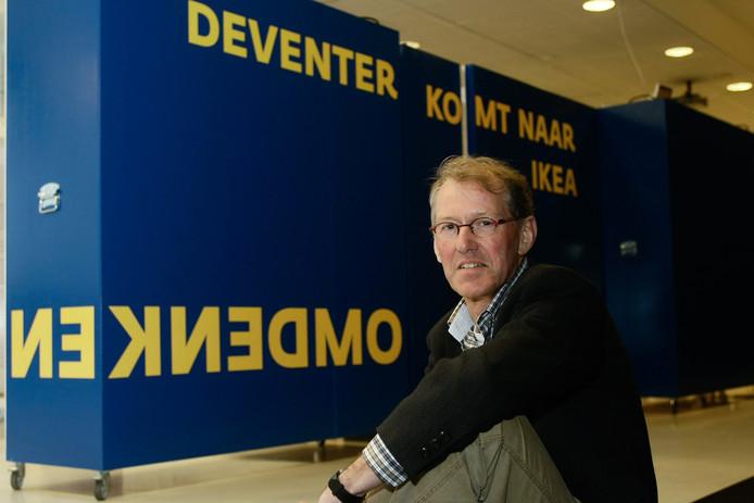 Jaco Remmelink bij de start van een van de exposities die hij bedacht, in 2012.