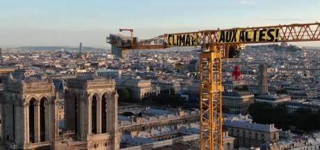 Greenpeace déploie une banderole sur la grue de Notre-Dame de Paris