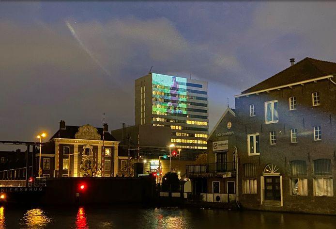 Een voorbeeld van hoe een foto straks te zien zal zijn op de toren van het Stadserf in Schiedam.