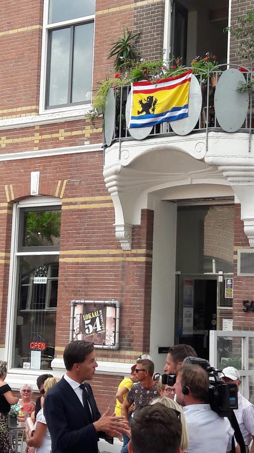 Mark Rutte geïnterviewd onder Zeeuws-Vlaamse vlag in Terneuzen.