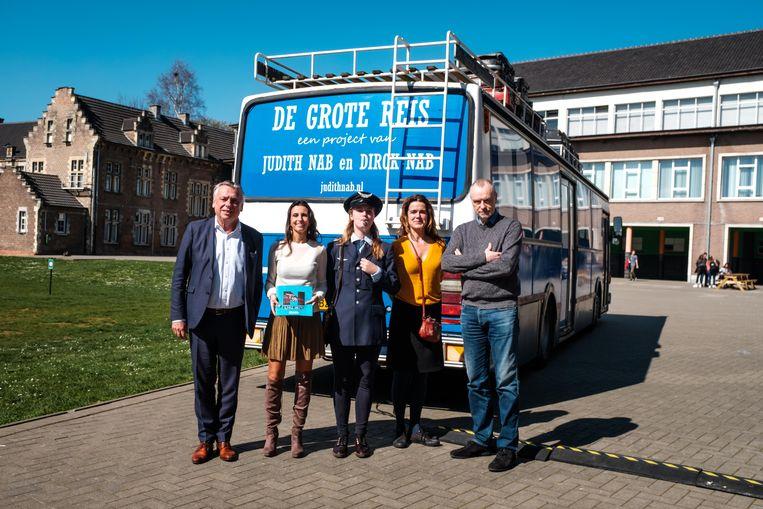 Judith Nab neemt voor De Grote Reis kinderen mee op sleeptouw met deze bus.