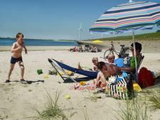 Kijk, ze hebben het strand schoongemaakt voor ons