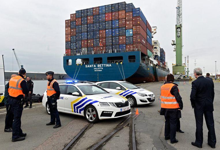Controleactie door Nederlandse duikers en rummageteam van de Belgische douane in de haven van Antwerpen.