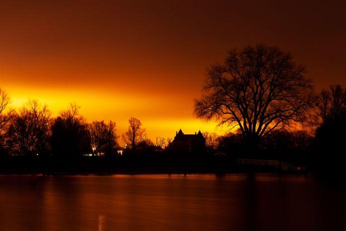 Geen zonsopgang maar lichtvervuiling boven het Munnikenland. De gloed is afkomstig van de kassen in Zaltbommel.